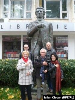 În fața statuii lui Eminescu...