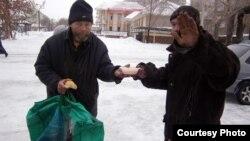 Бездомные получают горячий обед. Семей, 15 января 2013 года. Фото предоставлено Обществом Красного Полумесяца.