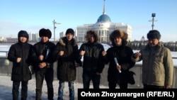 "Активисты движения ""Антигептил"" стоят на фоне здания Акорды - резиденции президента. Астана, 26 декабря 2013 года."