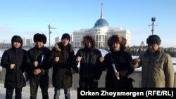 """""""Антигептил"""" тобының мүшелері наразылық акциясын өткізіп тұр. Астана, 26 желтоқсан 2013 жыл."""