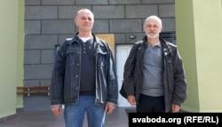 Актывісты СПБ Мікола Шарах (зьлева) і Віктар Стукаў каля будынка полацкага суда, архіўнае фота