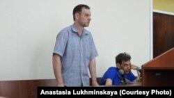 В зале суда: Сергей Мельников (стоит), защитник Владимир Чарский (сидит). Саратов, 21 мая 2018