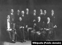 شماری از رجال سیاسی اواخر قاجار از جمله سیدحسن تقیزاده (چپ) و سیدرضا مساوات (نشسته در کنار او)