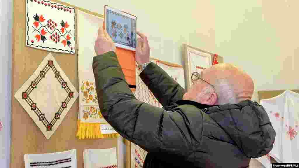 Чимало відвідувачів копіюють роботи для домашнього вишивання