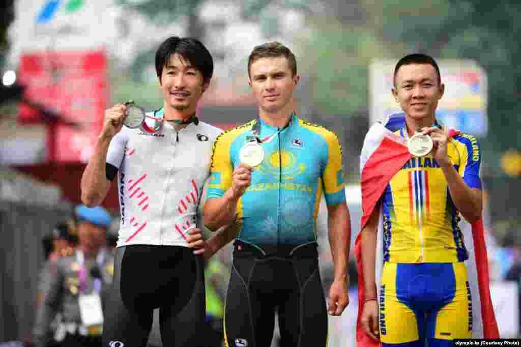 Индонезияда өтіп жатқан Азия ойындарында қазақстандық Алексей Луценко (ортада) велоспорттан топтық жарыста чемпион атанды.