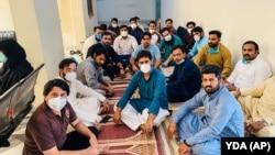 Врачи в масках сидят на голодовке-протесте в министерстве здравоохранения Пенджаба в Лахоре. 24 апреля 2020 года.