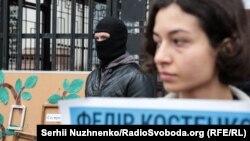 Акция у посольства России в Киеве «Родословное дерево теряет ветки из-за оккупации Крыма»