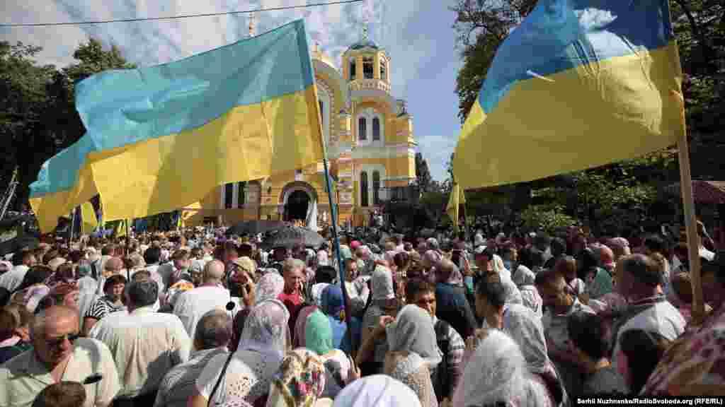 Було багато українських прапорів. Глядачі трансляції Радіо Свобода в коментарях навіть охрестили цю ходу «синьо-жовтою»