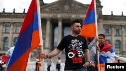 Германия - Акция представителей армянской общины Германии перед зданием Бундестага во время обсуждения резолюции о признании геноцида армян, Берлин, 2 июня 2016 г․