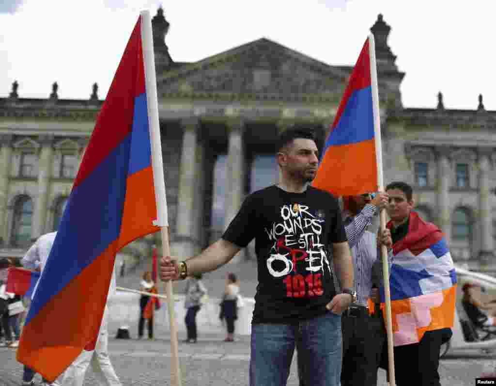 Люди з прапорами Вірменії перед будівлею Бундестагу підтримують ухвалення резолюції