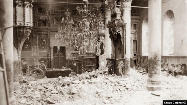 Отломките в църквата след атентата