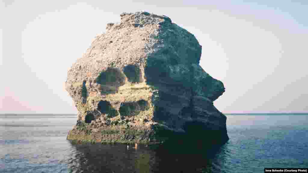 «Дядя Ваня» или «Нос дяди Вани» – не менее известная скала. Ее назвали так потому, что она напоминает профиль мужчины. Прыжки со скалы в Черное море – один из видов развлечений на мысе