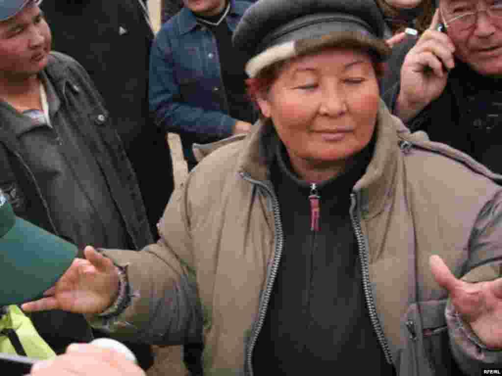 Қызылағаш ауылының жаңа әкімі Саулеш Әмітова тұрғындармен кездесу кезінде. 12 сәуір 2010 жыл.