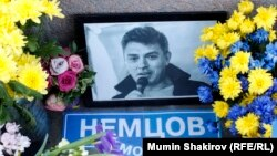 Мәскеудегі Борис Немцов қаза тапқан жерге орнатылған мемориал.