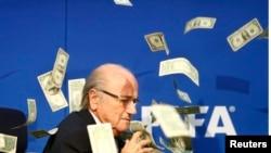 ՖԻՖԱ-ի նախագահ Զեպ Բլատերի վրա որպես բողոքի նշան թղթադրամներ են նետում, Ցյուրիխ, արխիվ, 2015թ.