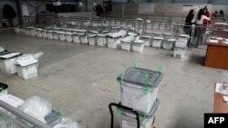 Prebrojavanje glasova i glasačke kutije nakon jednih kosovskih izbora