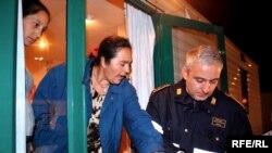 Румынские цыганы едут в Италию за счастьем и не унывают, не обнаружив такового в товарных количествах. Полицейская проверка в таборе под Римом