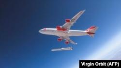 Во время испытательного пуска, проведенного компанией Virgin Orbit в 2019 году.