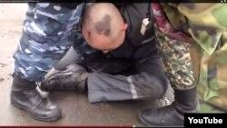 Қазақстан түрмелерінің біріндегі тұтқынды азаптау деп аталған видеодан скриншот (Көрнекі сурет).