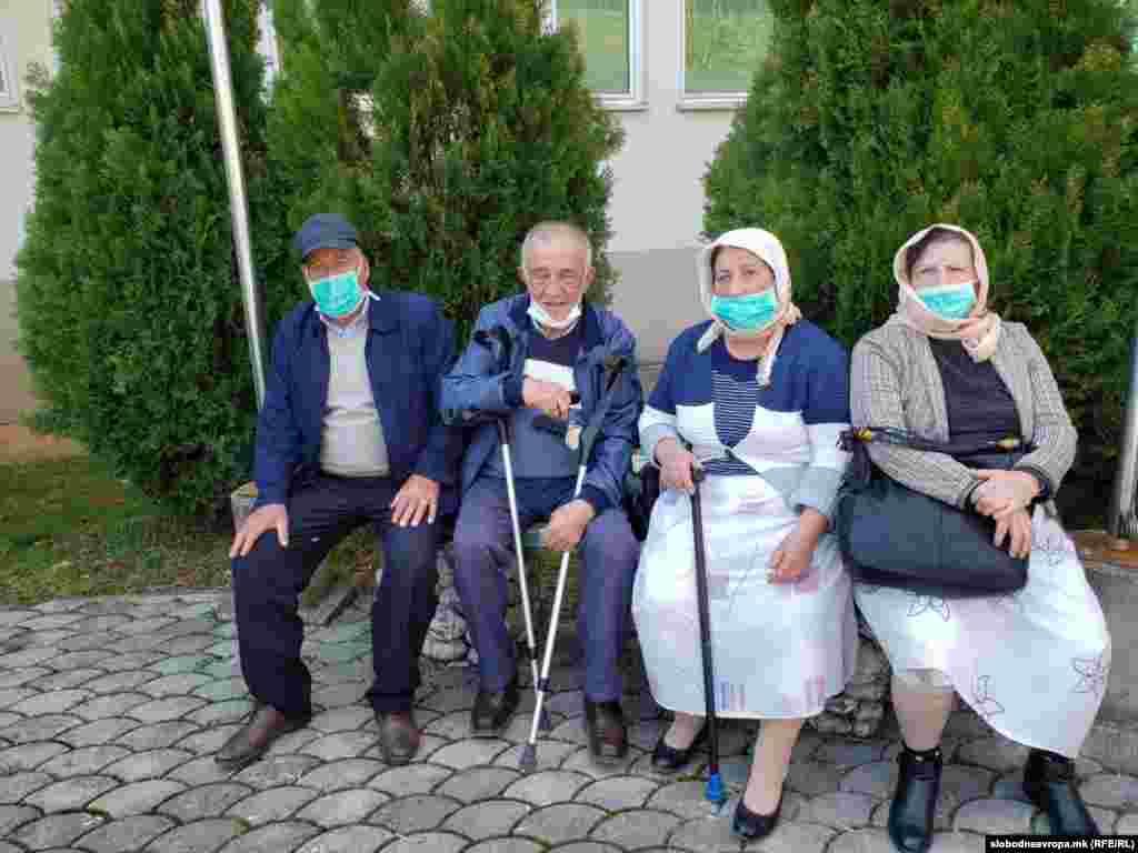 Мал број граѓани денеска можеа да се забележат на улиците во Дебар. Најголемиот дел од нив беа жители од околните села кои дошле во Дебар по лекови и намирници, но останале заглавени во градот.