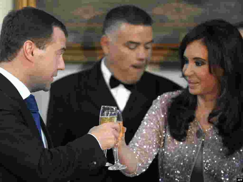Ах, какая женщина! (Президенты России и Аргентины на торжественном приеме в Буэнос-Айресе, 14.04.2010).