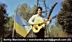 Співак Едуард Драч на одному із майданчиків авторської пісні неподалік від стадіону в Чернівцях, де проходив фестиваль «Червона рута», в якому він брав участь