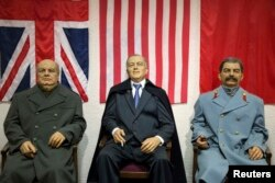 Восковые фигуры участников Ялтинской конференции, выставленные на месте ее проведения в канун 70-летия этого события. Крым, февраль 2015 года