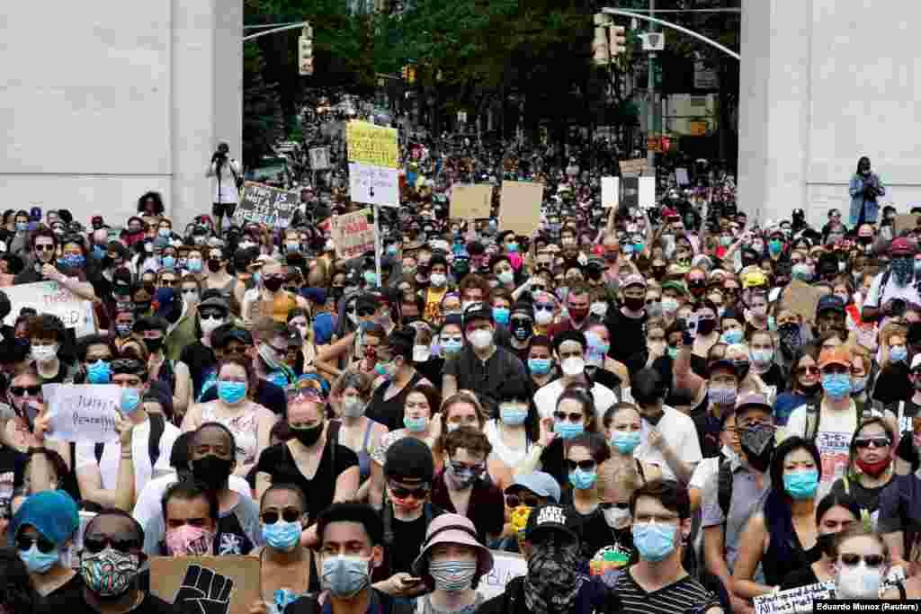 Учасники демонстрації за справедливість і проти свавілля поліції – у парку Вашингтон Сквер. Нью-Йорк, США, 6 червня 2020 року