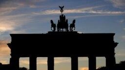 A németországi Brandenburgi kapu előtt egyetlen férfi álldogál. A németek november 2-án vezettek be egyhónapos lezárást, amelyet elképzelhető, hogy meghosszabítanak.