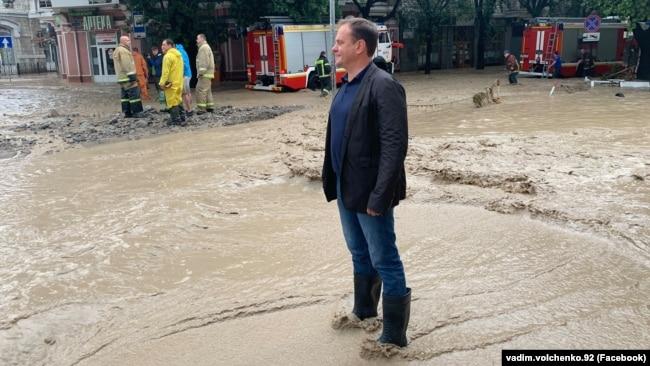 Российский министр курортов и туризма Крыма Вадим Волченко во время наводнения в Ялте, 18 июня 2021 года