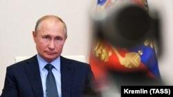 Владимир Путин, президенти Русия дар як конфронси видеоӣ аз қароргоҳаш дар Ново-Огарево иштирок мекунад. 20 июни соли 2020