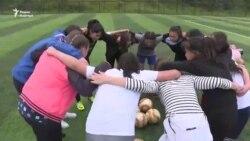 Юные любительницы футбола в Оше