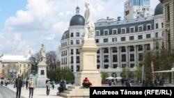 Statuia lui Spiru Haret, aflată alături de cea a cărturarului pașoptist, Ion Heliade Rădulescu, a învățătorului ardelean Gheorghe Lazăr și a Voievodului Unirii, Mihai Viteazul, sunt amplasate vis-a-vis de Universitatea București. Parada de 10 Mai. Ziua Națională a României până în 1948, trecea prin fața lor în semn de respect.
