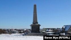Памятник британцам, погибшим в Крымской войне. Справа от монумента – старые надгробия