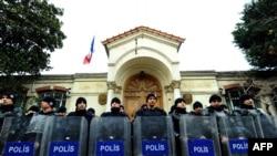 Ոստիկանները պահպանում են Ստամբուլում Ֆրանսիայի հյուպատոսության շենքը, որի առջեւ ցույց է կազմակերպել Թուրքիայի կոմունիստական կուսակցությունը: 24-ը հունվարի, 2012թ.