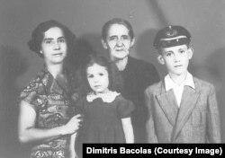 Димитрис Баколас (крайний справа) с матерью, бабушкой и двоюродной сестрой перед отъездом