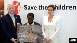 Անջելինա Ջոլին և Ուիլյամ Հեյգը Լոնդոնի գագաթնաժողովում՝ 19-ամյա կոնգոցի Ֆայդա Քասիլեմբոյի հետ, որը զինված հակամարտության ժամանակ երեք տարի սեռական ստրկության մեջ է պահվել