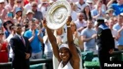 Серена Уильямс с главным трофееем Уимблдона