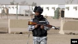 جندي عراقي من حماية معسكر الحرية قرب مطار بغداد