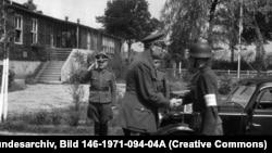 Генерал Андрей Власов принимает доклад у дежурного