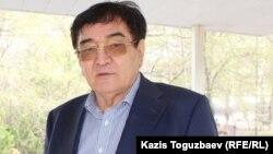 Мырзахан Еримбетов (отец бизнесмена Искандера Еримбетова и его общественный защитник) возле суда. Алматы, 9 апреля 2018 года.