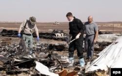 Российские специалисты на месте крушения пассажирского самолета в Египте