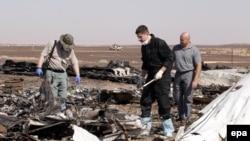 Російські слідчі працюють на місці падіння літака в Єгипті, 1 листопада 2015 року
