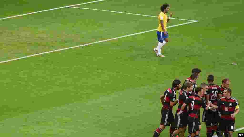 Игроки немецкой сборной празднуют выход в финал чемпионата мира по футболу.