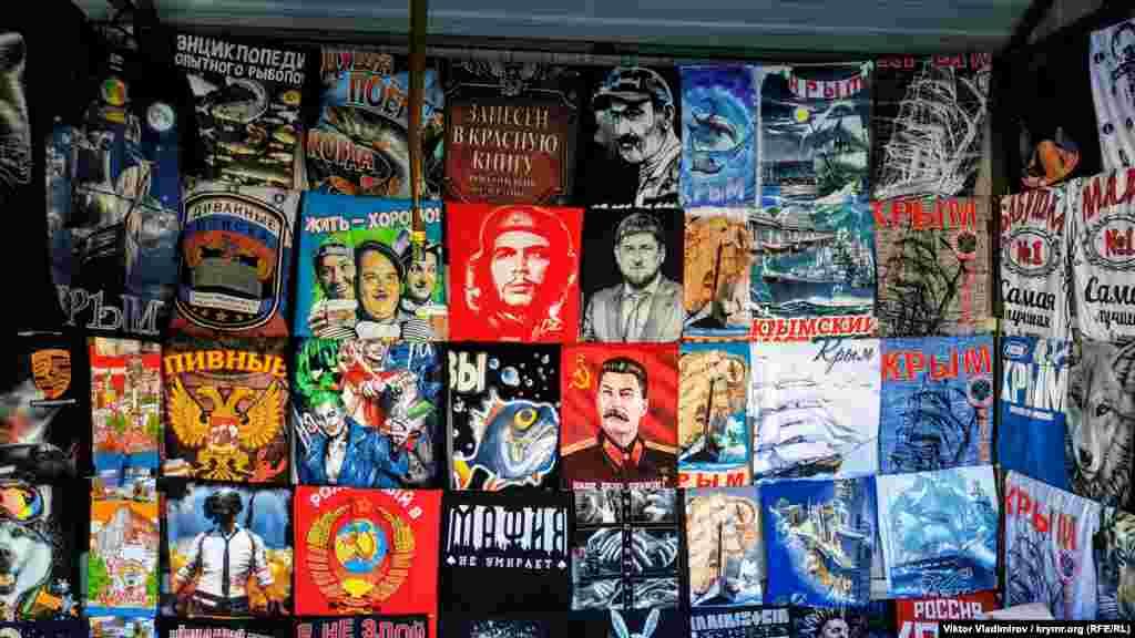 У сувенірних наметах поряд із магнітиками і статуетками трапляються такі футболки. На принтах тут є сусідами радянський диктатор Йосип Сталін, глава Чечні Рамзан Кадиров, прем'єр-міністр Вірменії Нікол Пашинян