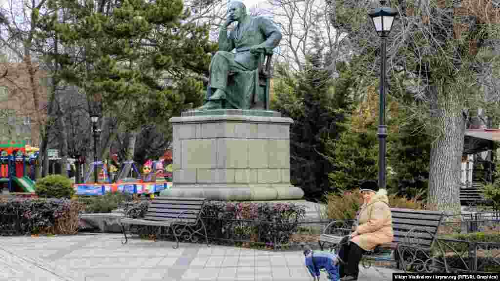 Творець пам'ятника ‒ скульптор Катерина Белашова. За останні роки фігура потьмяніла