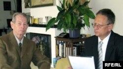 Regele Mihai în cursul interviului acordat lui Eugen Tomiuc, corespondentul Europei Libere