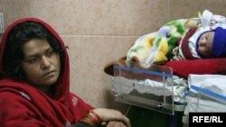 یو افغانه مور و خپل ناروغ بچي ته ناسته ده
