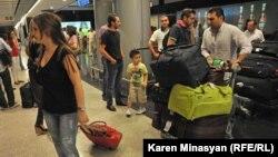 Suriyadan qaçan ermənilər Yerevan hava limanında. 17 avqust 2012-ci il.