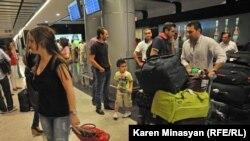 Սիրիահայերը ժամանում են Հայաստան, Երեւան, «Զվարթնոց» օդանավակայան, օգոստոս, 2012թ.
